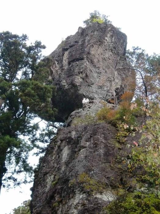 落ちそうな岩.jpg
